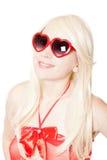 Blonde 'sexy' de sorriso em vidros heart-shaped foto de stock