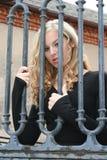 Blonde sexy derrière des bars Photos libres de droits