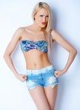 Blonde sexy Frau in den kurzen Jeans und im Bikini-BH Lizenzfreies Stockfoto
