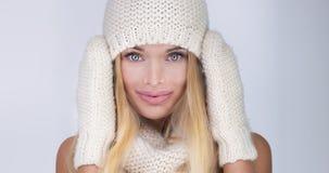 Blonde sexy Frau in der Kappe Lizenzfreies Stockfoto