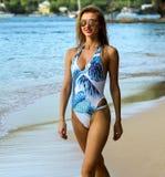 Blonde sexy Frau in der modernen Badebekleidung Ferien auf Tropeninsel genießend Lizenzfreies Stockbild