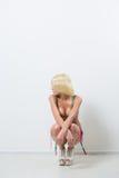 Blonde sexy Frau in der rosa modernen Wäsche Lizenzfreies Stockbild