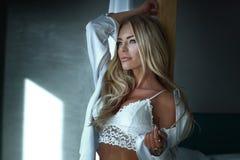 Blonde sexy Frau im Schlafzimmer Stockfoto