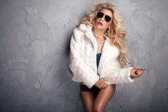 Blonde sexy Frau im weißen Pelz Lizenzfreies Stockfoto