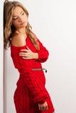Blonde sexy Frau mit dem Tragen des roten Kleides Stockbilder