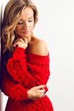 Blonde sexy Frau mit dem Tragen des roten Kleides Lizenzfreie Stockfotografie