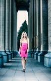 Blonde sexy Frau zwischen den Spalten. Stockbilder