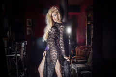 Blonde sexy Frauenaufstellung Lizenzfreie Stockfotografie
