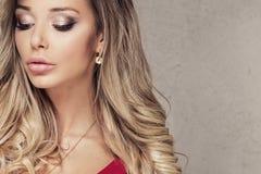 Blonde sexy Frauenaufstellung Lizenzfreie Stockbilder