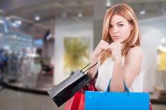 Blonde sexy kämpfende Frau im Einkaufszentrum Stockfoto