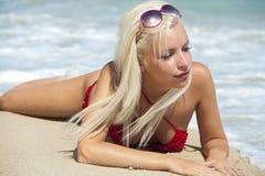 Blonde sexy sulla spiaggia del mare immagini stock libere da diritti