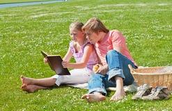 Blonde siblings die boek lezen Stock Afbeelding