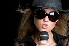 Blonde singende Frau Stockfoto