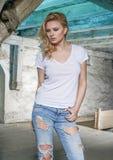Blonde sinnliche Frau im alten Dachboden des verlassenen Gebäudes Stockfoto