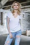 Blonde sinnliche Frau im alten Dachboden des verlassenen Gebäudes Stockbild