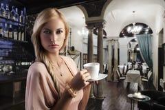 Blonde sinnliche Frau mit einem Cup Stockfoto