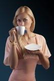 Blonde sinnliche Frau mit Teeset Lizenzfreies Stockbild