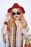 Blonde sinnliche Frau in roten Hut und der Sonnenbrille des Cowgirls Stockbilder