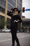 Blonde sofisticado que cruza la calle Fotografía de archivo