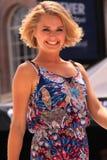 Blonde Sommermode der jungen Frau Stockfoto
