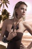 Blonde Sommerschönheit, die im Badeanzug aufwirft Lizenzfreie Stockfotos