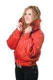 Blonde sonriente de los jóvenes en chaqueta roja Foto de archivo libre de regalías
