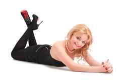 Blonde sonriente de mentira Fotos de archivo