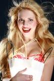 Blonde sorprendido hermoso con un regalo Imagen de archivo libre de regalías