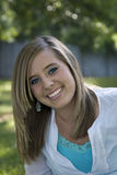 Blonde sorridente all'aperto Fotografia Stock Libera da Diritti