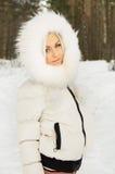 Blonde Spiele im Wald Lizenzfreie Stockfotos