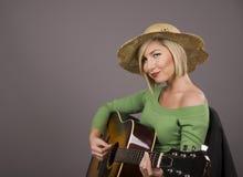 Blonde spielende Gitarre Lizenzfreies Stockbild