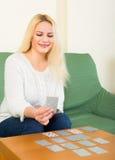 Blonde spielende Patience Stockfotografie