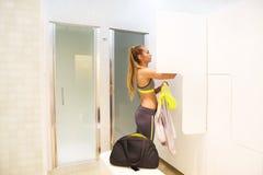Blonde sportliche Frau im Umkleideraum Lizenzfreie Stockbilder