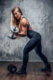 Blonde sportliche Frau mit Dummkopf Stockfotografie