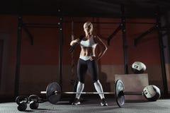 Blonde Stellung des schönen Sports mit fängt die Turnhalle ein Stockbild