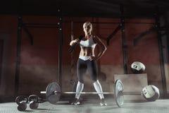 Blonde Stellung des schönen Sports mit fängt die Turnhalle ein Stockfoto