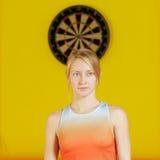 Blonde Stellung gegen Pfeilring Lizenzfreie Stockfotos