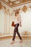 Blonde stilvolle Modekleidung der schönen sexy Frau Lizenzfreie Stockfotos