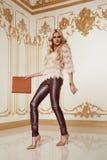 Blonde stilvolle Modekleidung der schönen sexy Frau Stockbilder