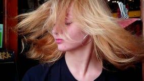Blonde stromend haar in langzame motie stock videobeelden