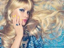 Blonde sur le bleu Photographie stock libre de droits