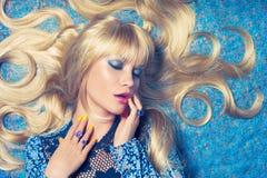Blonde sur le bleu Photographie stock