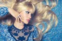 Blonde sur le bleu Photo stock