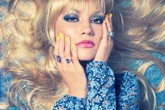 Blonde sur le bleu Images stock