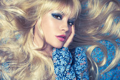 Blonde sur le bleu Images libres de droits