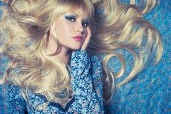 Blonde sur le bleu Image stock