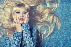 Blonde sur le bleu Photo libre de droits
