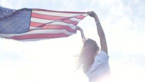 Blonde tienermodel met Amerikaanse vlag stock footage