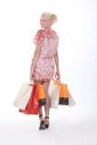 Blonde tragende Einkaufstaschen Stockbild