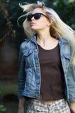Blonde tragende Sonnenbrille, ihr Haar bewegend, draußen Stockfotos